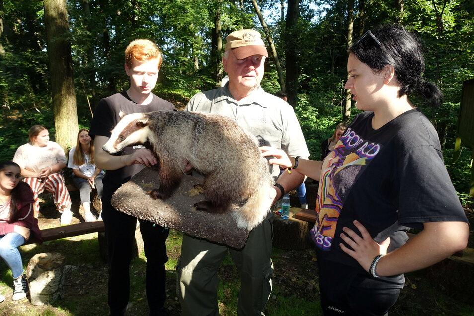 Rainer Goldammer (Mitte) war früher selbst Berufsschullehrer. Jetzt hat der Jäger im Waldklassenzimmer den neuen Schülern der Sozialassistentenklasse die einheimische Tierwelt erklärt.