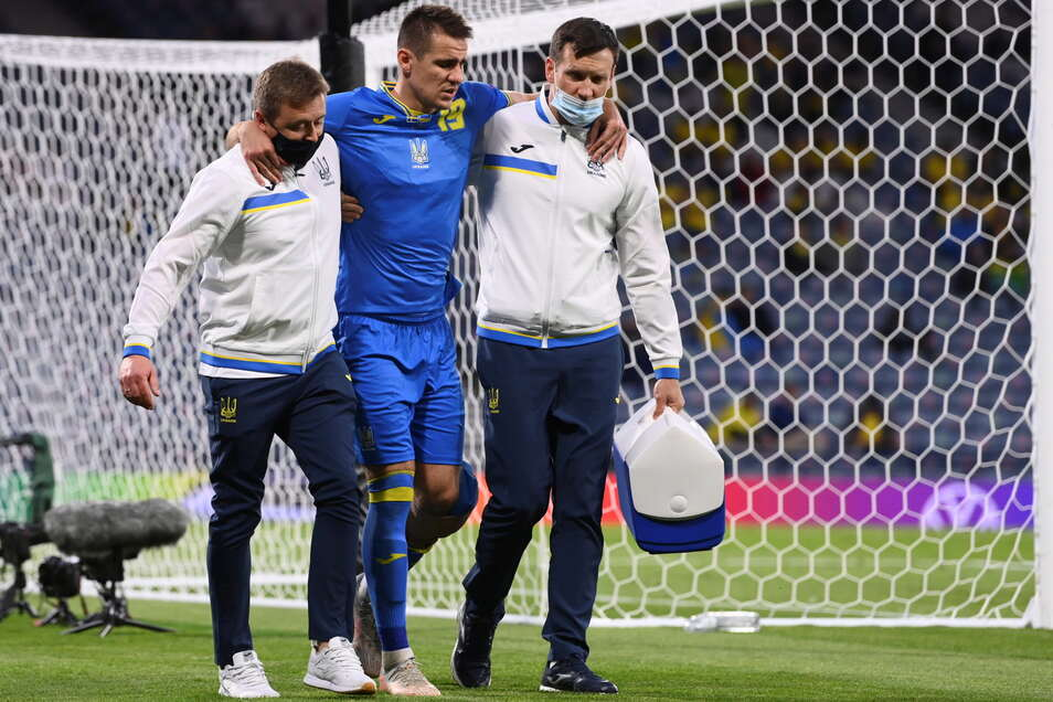 Ukraines Artjom Bessedin muss nach einem bösen Foul des Schwedens Marcus Danielson verletzt den Platz verlassen.