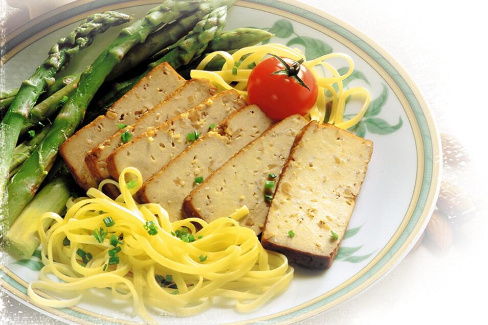 Geschnittener Räuchertofu ersetzt für Vegetarier und Veganer oft das Fleisch auf dem Teller.