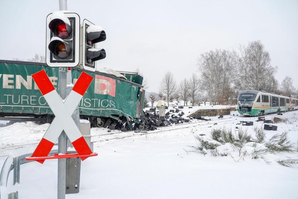 Der Zusammenstoß eines Trilex mit einem Sattelzug in Neusalza-Spremberg ging noch mal glimpflich aus.