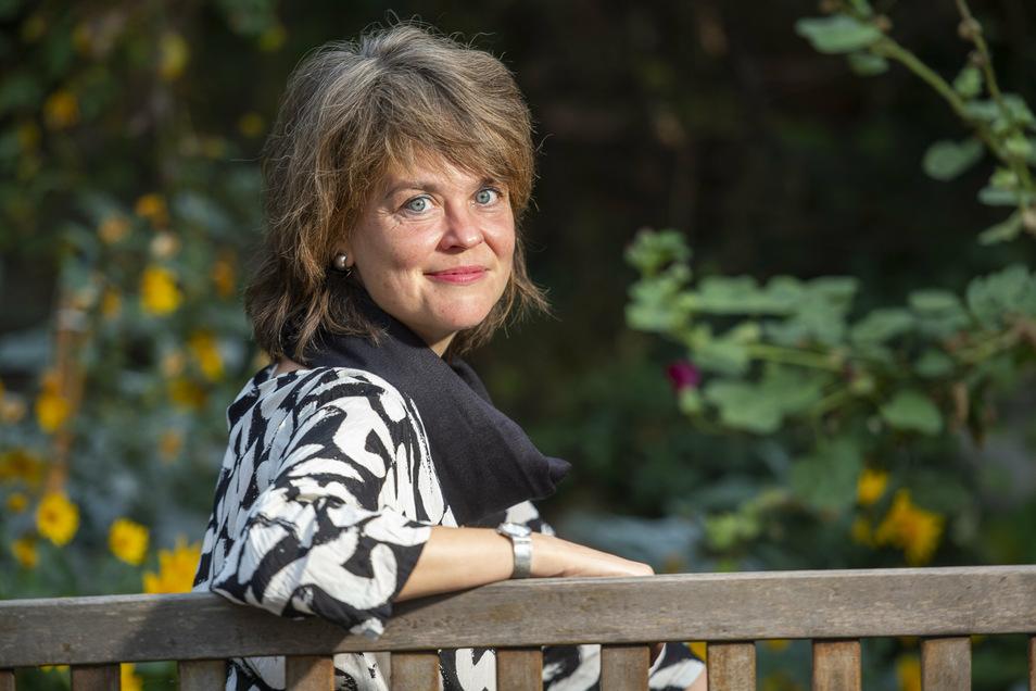 Elke Siebert, verheiratet, ein Kind, Radebeulerin, im Garten vom Café Grünlich in Radebeul. Wer mit ihr reden will, um ihre Ziele für den Landkreis Meißen kennenzulernen, kann sie einladen. Sie wiederum lädt am 3. Oktober zur Radexkursion nach Große