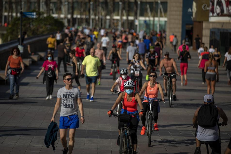 Forscher empfehlen, beim Joggen oder Radfahren einen größeren Abstand zu halten als 1,5 Meter. Allerdings sind das nur theoretische Berechnungen.