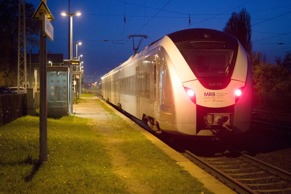 Ein Zug der Mitteldeutschen Regionalbahn am Bahnhof Gröditz. Auf der Strecke Chemnitz-Elsterwerda gibt es ab Montag für eine Weile zu Fahrplanänderungen.