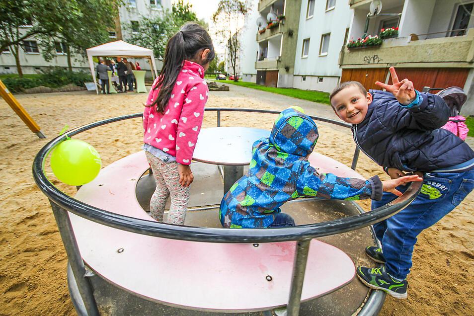 Zur Einweihung waren das Karussell, die Wippe und die Schaukel auf dem Spielplatz im Fritz-Kube-Ring in Bernsdorf mit Luftballons geschmückt worden.