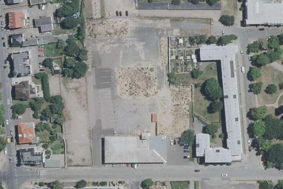 So sieht es an der Pausitzer Straße (unten quer verlaufend) derzeit aus: Hinter städtischer Turnhalle und Feuerwehr befindet sich eine große Brache. Am rechten Bildrand: Der Lutherplatz, auf dem die Trinitatiskirche steht.