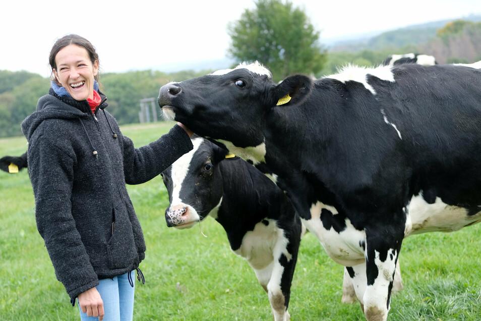 Bio-Landwirtin Constanze Maier zieht für eine kurze Zeit trächtige Milchkühe in Nossen auf. Dann kehren die Tiere wieder ins Erzgebirge zurück.