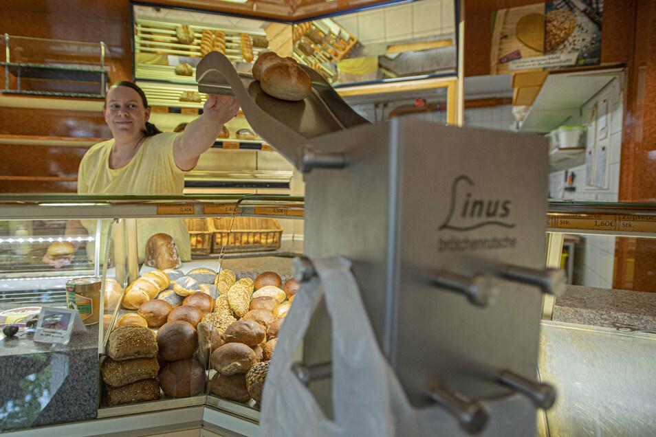 Über diese Brötchenrutsche befördert Verkäuferin Franziska Paulusch in der Bäckerei Kahre in Kamenz. Semmeln direkt in die Beutel der Kunden.
