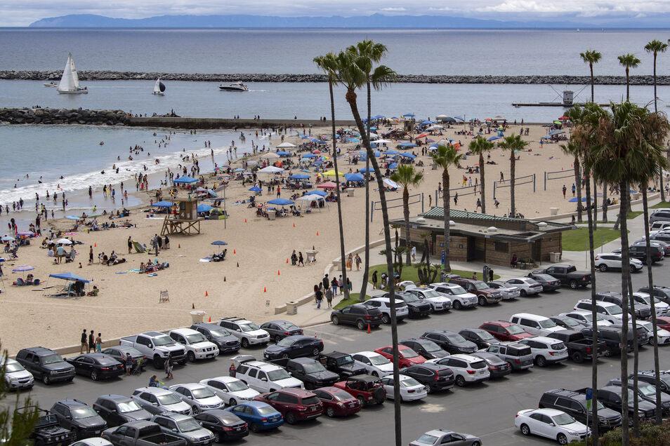 Autos stehen dich gedrängt auf dem Parkplatz am Strand von Corona del Mar. Mit der Rücknahme der Lockerungen in Kalifornien wird auch dort das Baden iam langen Wochenende nicht möglich sein.