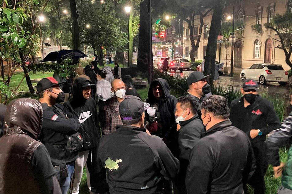 Menschen versammeln in Mexiko-Stadt draußen, nachdem ein starkes Erdbeben im Stadtteil Roma zu spüren war.