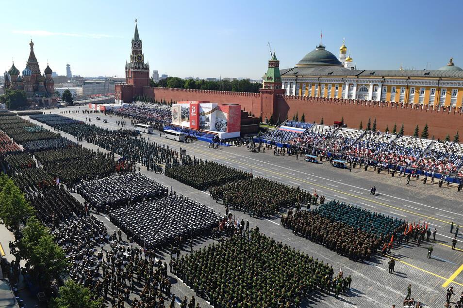 Parade-Formationen stehen auf dem Roten Platz vor Beginn der größten Militärparade der russischen Geschichte.