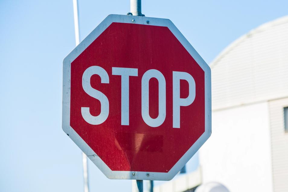 Ein Stoppschild und weitere Verkehrszeichen wurden jetzt in Oßling von einer Baustelle gestohlen.