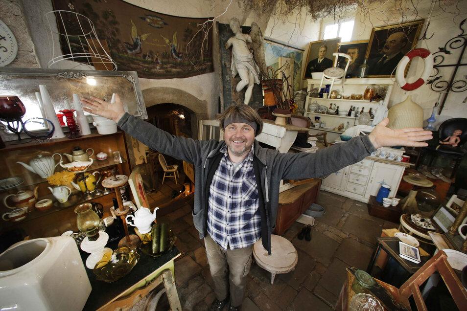 Wojtek Kuznowicz betreibt in Lomnitz seit fünf Jahren einen Antik-Laden.