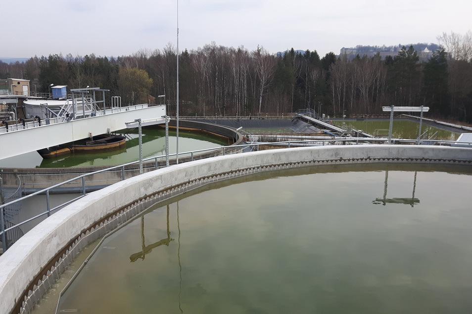 Die neue Aufbereitungsanlage des Flutungswassers bei der Wismut in Königstein. Im Hintergrund ist die Festung zu sehen.
