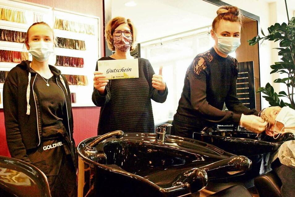 Azubi Laura Baier, Susann Lill und Leiterin Mieke Nakoinz (v.l.n.r.) vom Salon am Boulevard stehen voll zur Gutscheinaktion, die auch Kunden und Bürger gut finden.