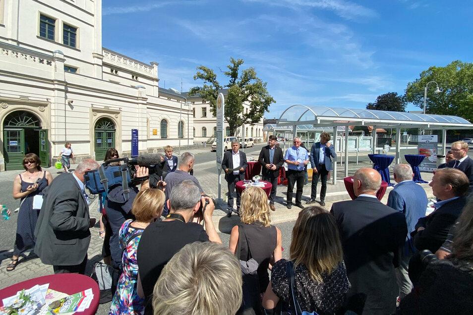 Die neue grenzübergreifende Buslinie wird am Zittauer Bahnhof eingeweiht.
