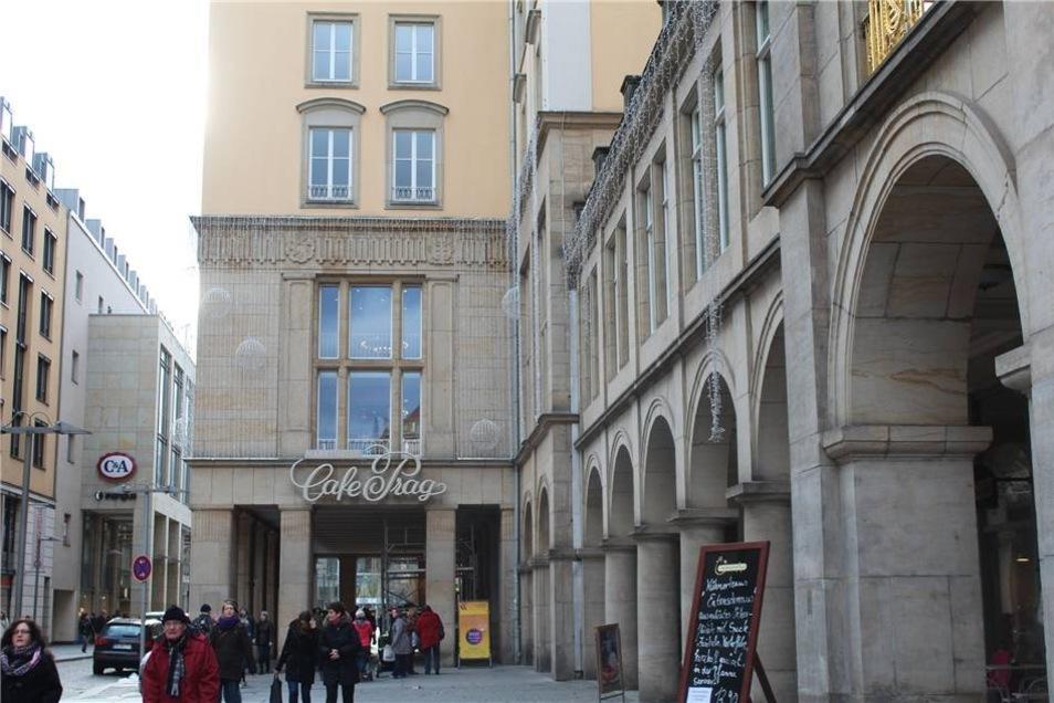Der klassische Schriftzug Café Prag wurde Ende November wieder an der Fassade angebracht. Das Café Prag wurde 1956 eröffnet und galt in der DDR als eine der ersten Adressen.