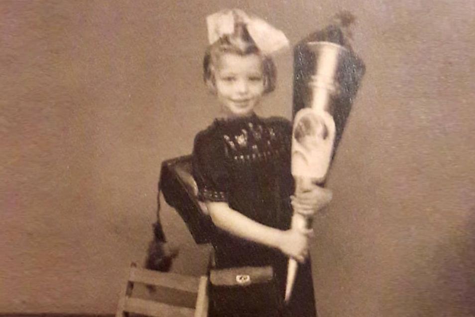 Auch wenn die Umstände 1945 äußerst schwierig waren, hat ihre Mutti Susanne Beger für den Schulanfang hübsch herausgeputzt und eine große Zuckertüte organisiert. .