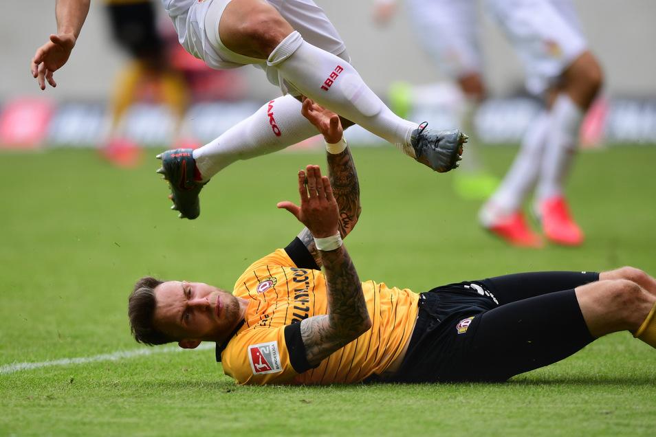 Dynamo am Boden, hier Patrick Schmidt - zumindest für den Moment. Mit 0:2 verlieren die Dresdner gegen den VfB Stuttgart.
