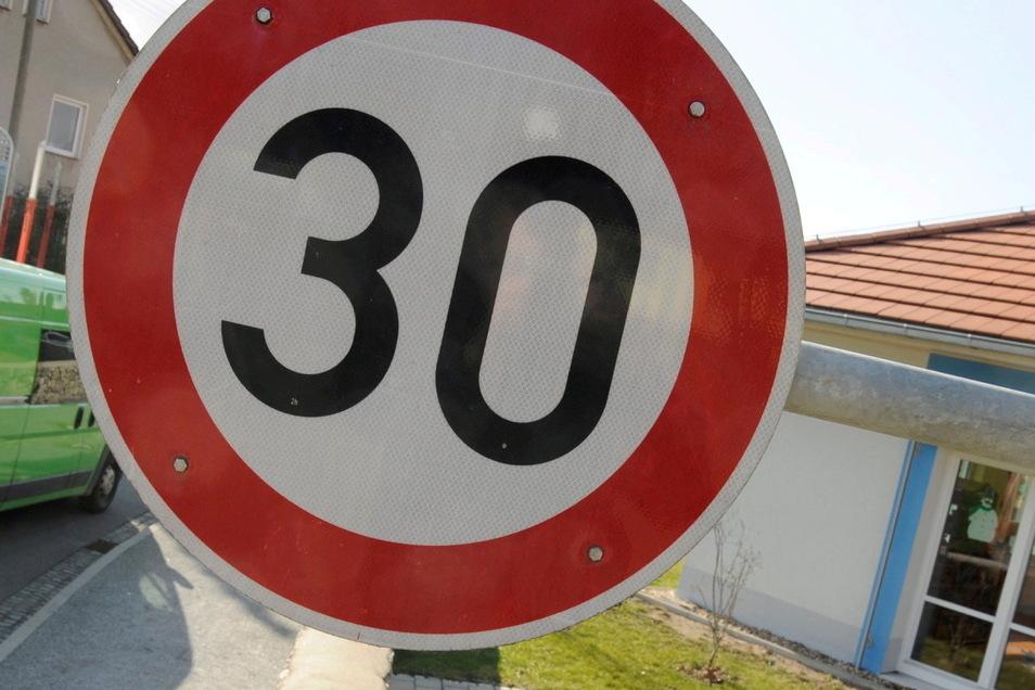 Bis Ende September darf höchstens mit Tempo 30 durch die Doberschau-Gaußiger Ortschaft Grubschütz gefahren werden.