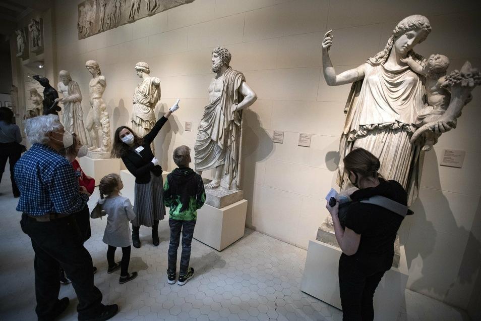 Besucher schauen sich die Sammlung des Staatlichen Puschkin-Museums an. Der Moskauer Bürgermeister Sobjanin hat einige der Corona-Beschränkungen in der russischen Hauptstadt gelockert.
