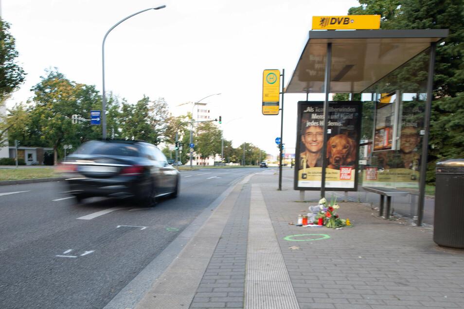 An dieser Haltestelle starb am Wochenende ein sechsjähriger Junge, als er die Straße überqueren wollte. Passanten sprachen direkt danach von einer stark überhöhten Geschwindigkeit zweier Autos.