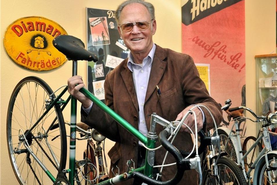 Radsportlegende Täve Schur zeigt ein Diamant-Rennrad von 1955.