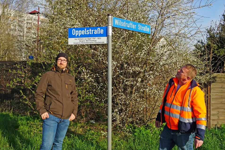 Bauamtsleiter Silvio Messerschmidt (l.) und Bauhofleiter Jens Straube kümmern sich um die Zusatzinfos zu den Straßennamen.