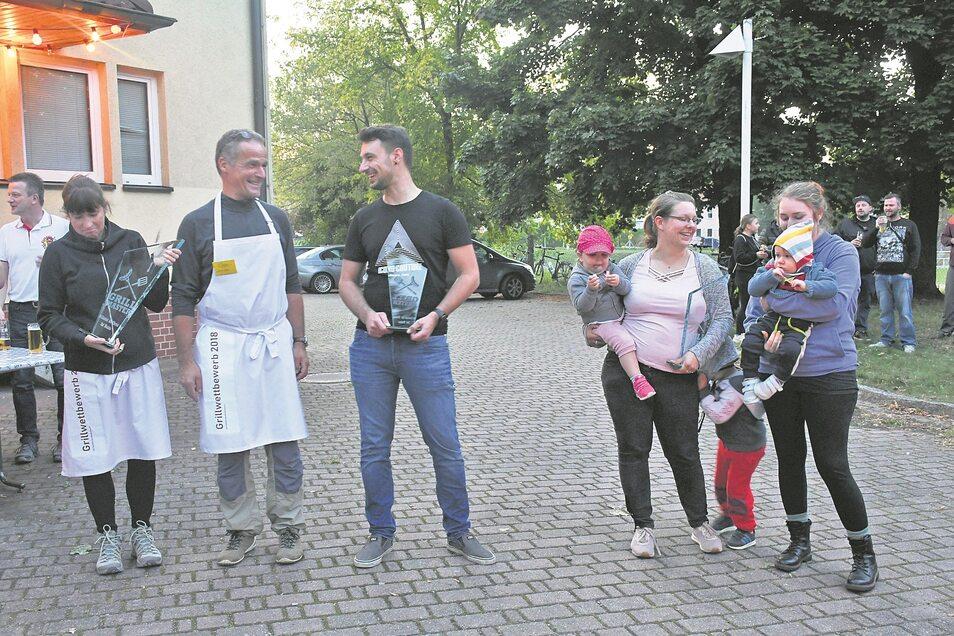 """Siegerehrung für die Teams """"Klein aber fein"""", """"Team Bramke"""" und """"Die Muddis"""" (von links), die am Grillcontest vor dem Lindenhof in Bad Muskau teilgenommen haben."""