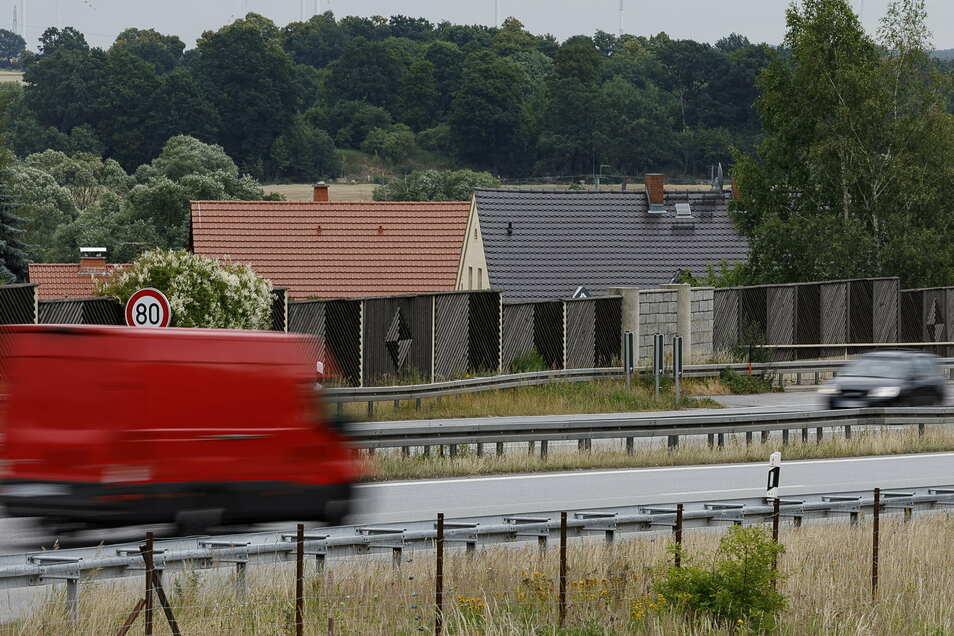 Die Häuser des Schäfereiwegs in Ludwigsdorf liegen direkt an der Autobahn. Aber auch die Anwohner weiter weg hören oft, wie viel gerade auf der A4 los ist.