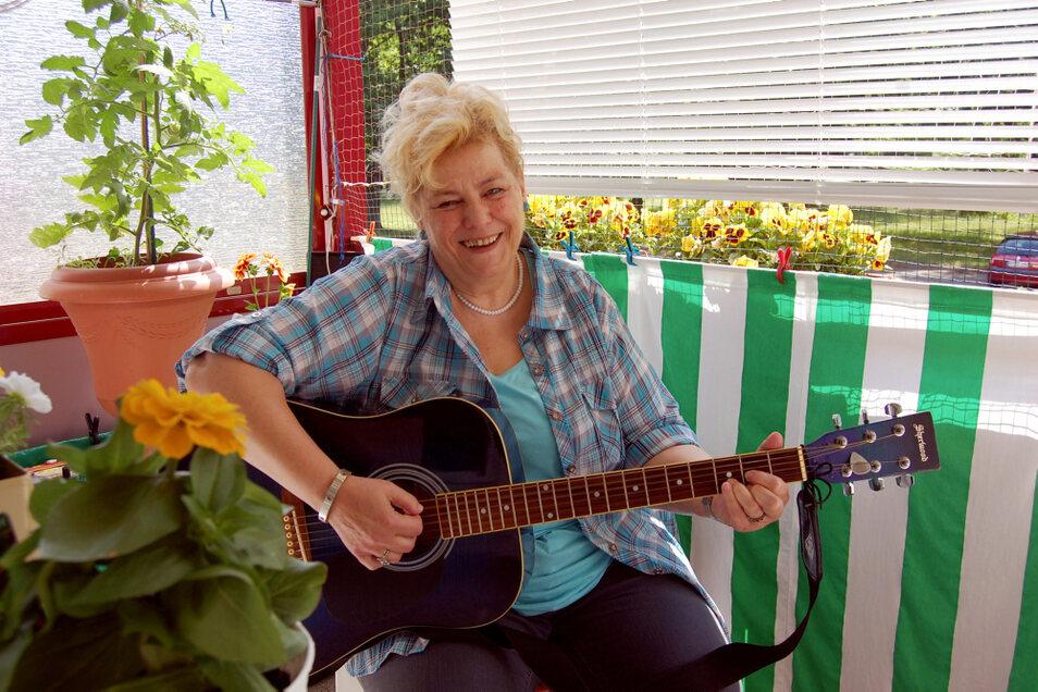 Den Balkon nutzt Barbara Kayser normalerweise nicht zum Musizieren, aber für's Bild hat das sommerliche Ambiente ganz gut gepasst.
