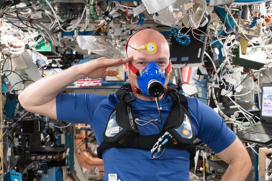 Alexander Gerst auf der ISS während einer Versuchsreihe, die Dresdner TU-Forscher entwickelt haben.