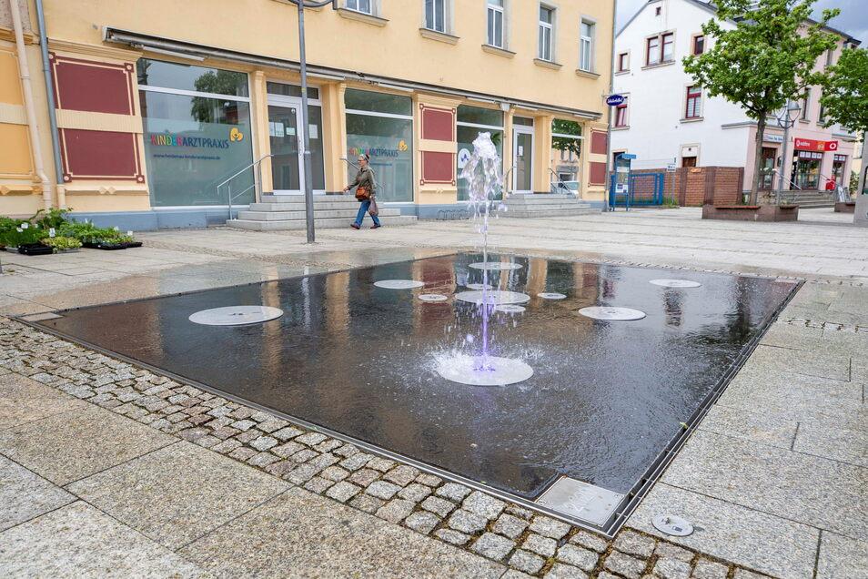 Der Springbrunnen auf der Ernst-Thälmann-Straße wurde vor einem Jahr eingeweiht. Er soll die Straße attraktiver machen. Darum kämpfte auch der Zentrumsverein reichlich zehn Jahre.