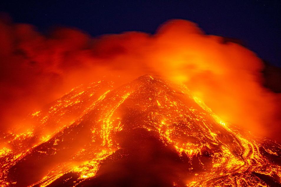 Lava sprudelt aus dem Vulkan Ätna. Die Behörden beobachteten die Aktivität des Vulkans weiter, die Lage sei aber unter Kontrolle.
