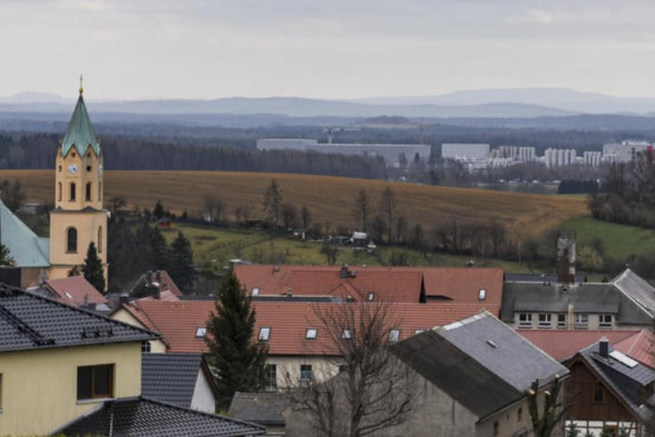 Lichtenberg liegt auf dem Hügel. Der Blick übern Kirchturm hinweg geht ins gelobte Gewerbesteuerland bei Leppersdorf, also in die Gemeinde Wachau. Ob sich deshalb die Aufgabe der Eigenständigkeit als Gemeinde lohnt?