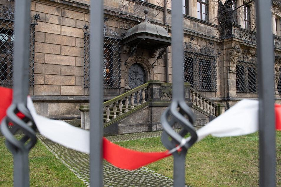 Ein Absperrband hängt an einem Zaun vor den Gitterfenstern des Grünen Gewölbes.