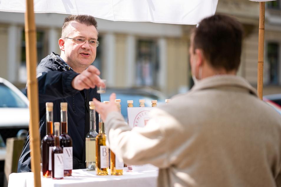 Markus Kremser von Kremser Liköre an seinem Stand auf der Naschallee.