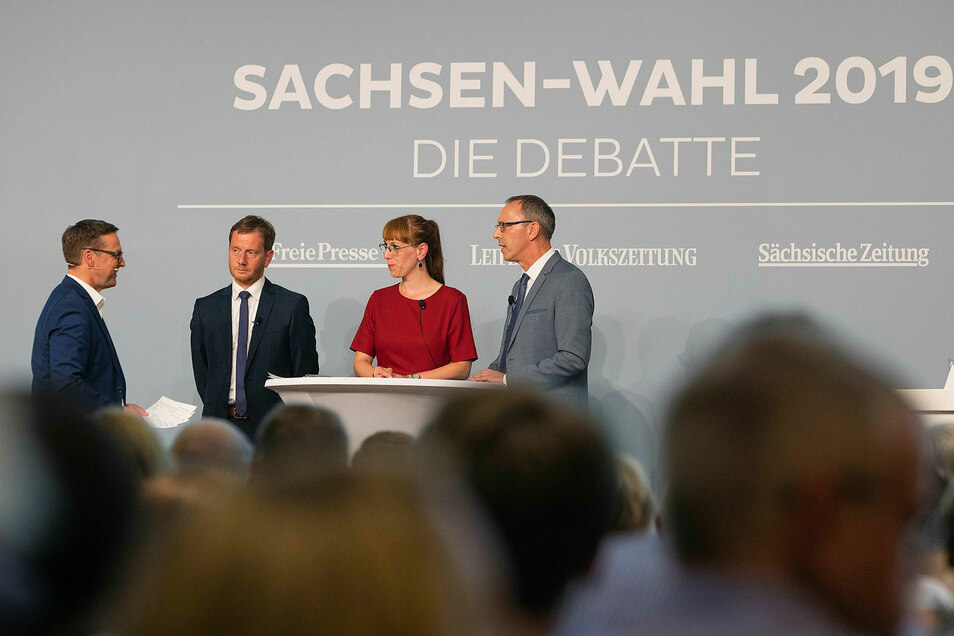Kretschmer (CDU, 2.v.l.,Katja Meier (Grüne, 2.v.r.) und Jörg Urban (AfD, r.) beantworten Fragen vonTorsten Kleditzsch.