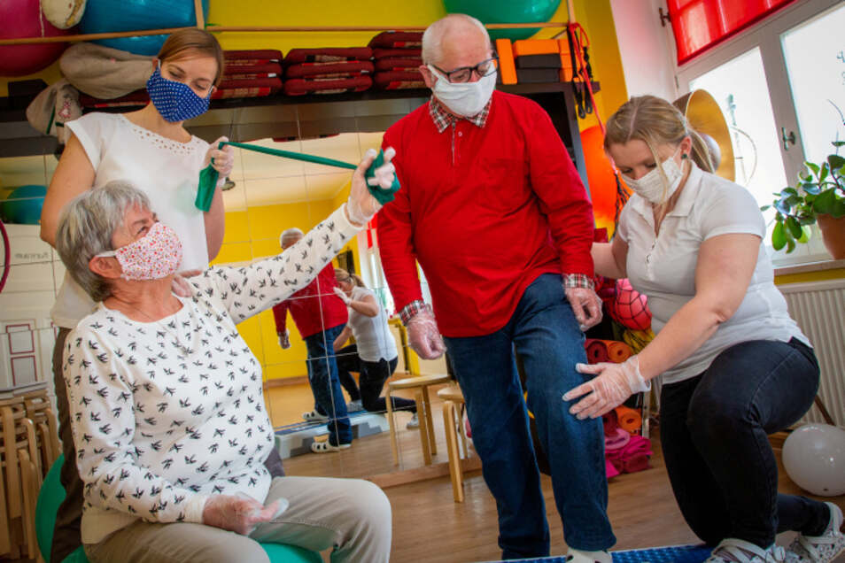 Die Physiotherapeutinnen Ina Richter (hinten links) und Susanne Steinert (rechts) behandeln auch in Corona-Zeiten.