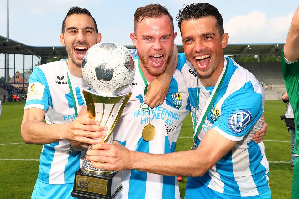 Da ist das Ding. Rafael Garcia (links), der zweifache Torschütze Tobias Müller (Mitte) und Kostadin Velkov halten den Pokal in ihren Händen.