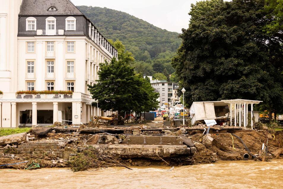 Hier ist nicht an Urlaub zu denken: Ein abgerissener Brückenkopf vor dem Hotel Steigenberger in Bad Neuenahr.