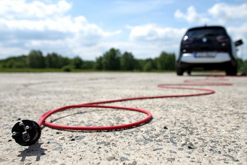 E-Autos kommen weit, beschleunigen schnell und lassen sich an immer mehr Steckdosen laden.