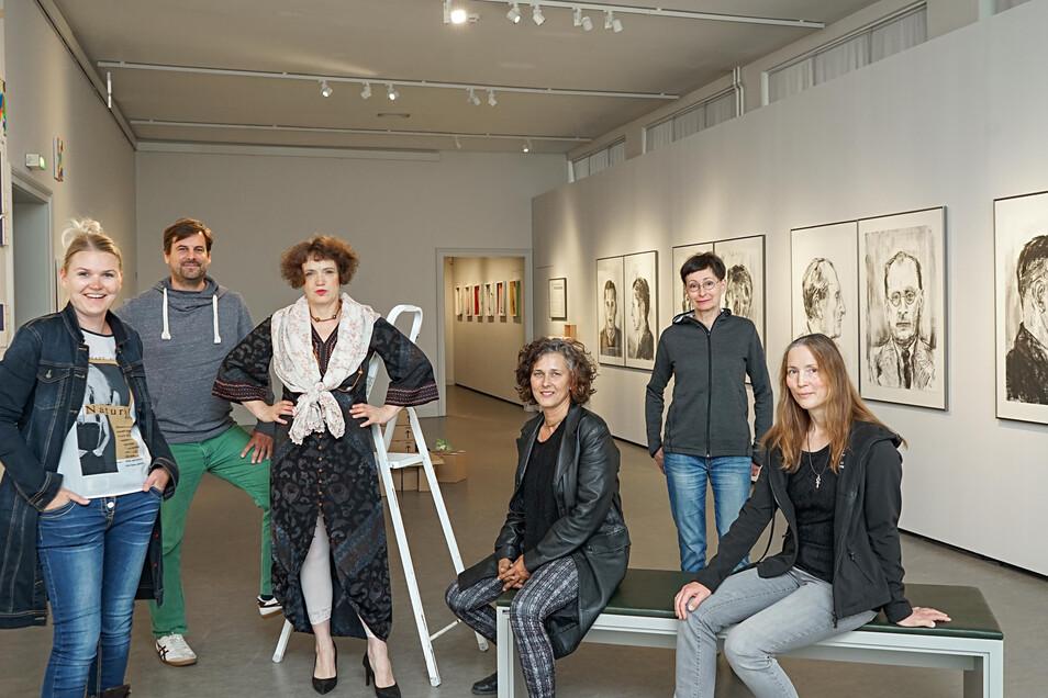 Elisabeth Hauswald (l.) freut sich, dass die Ausstellung von Bautzener und Heidelberger Künstlern zustande kam. Im Bautzener Museum sind nun Arbeiten von Marius Ohl, Heike Dittrich, Barbara Wiesner, Iris Brankatschk und Almut-Sophia Zielonka (v. l.) zu se