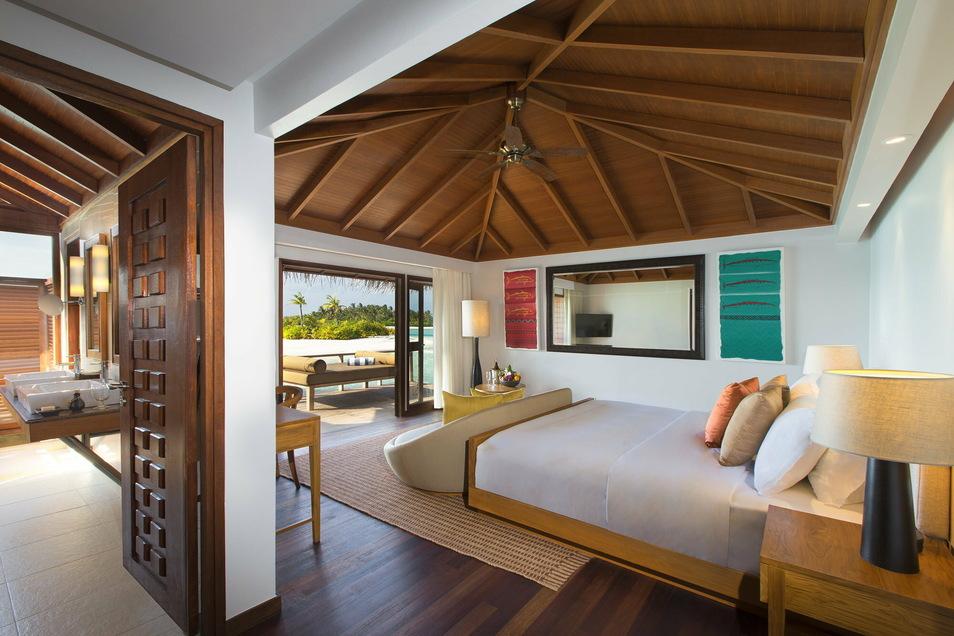 """Innenaufnahme eines Bungalows des """"Anantara Veli Maldives Resort""""."""