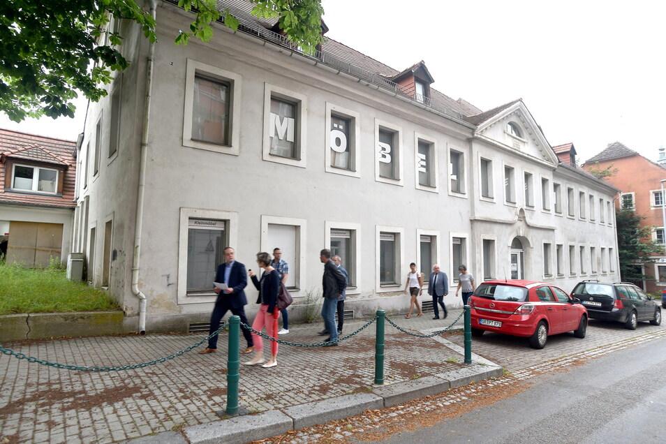 Hinter der Fassade des alten Möbelhauses soll der neue große Edeka-Markt entstehen.