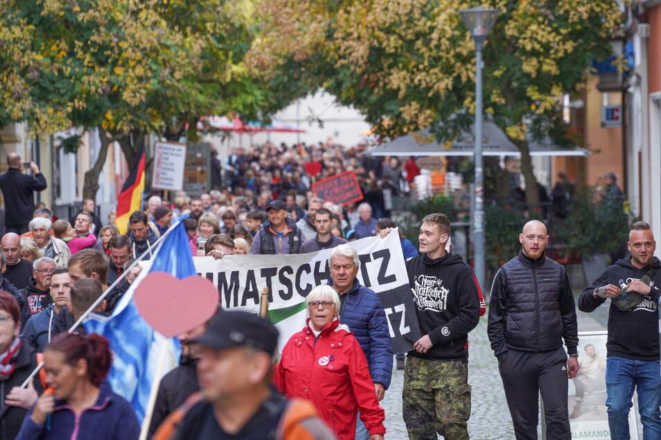 Etwa 50 bis 60 Neonazis, schätzt die Polizei, waren unter den Protestierenden der Bautzener Corona-Demo am Montag. Ganz rechts im Bild sind die rechtsextremen Rapper André Laaf (l.) und Kai Naggert zu sehen.