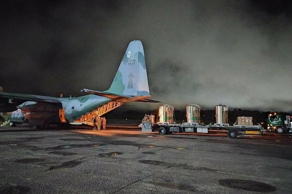 Die abgelegene Amazonas-Metropole Manaus hat sich in Brasilien erneut zum Corona-Hotspot entwickelt. Das Gesundheitssystem ist zusammengebrochen, vor allem fehlt es an Sauerstoff. Nun hilft die Luftwaffe bei der Versorgung.
