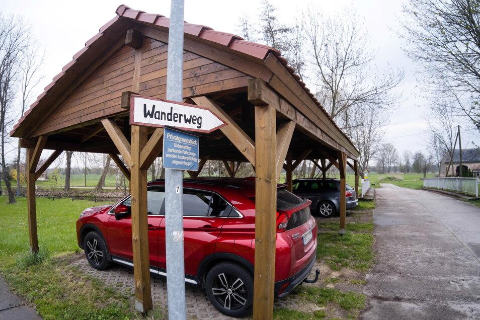 Direkt am Ludwigsdorfer Wanderweg befindet sich ein privater Carport. Häufig stehen dort aber Autos drin, die dort nicht parken dürfen.