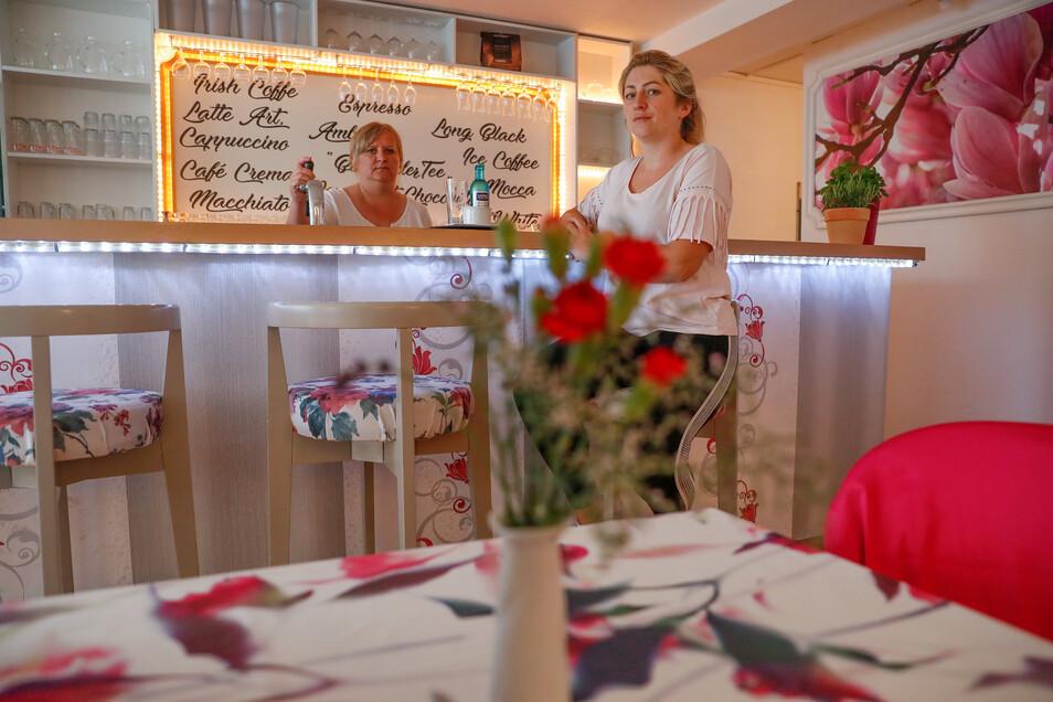 """Wioleta Marynicz-Hoch (vorn) in ihrem neuen Bistro-Café """"Magnolie"""" auf der Franz-Könitzer-Straße in Zittau."""