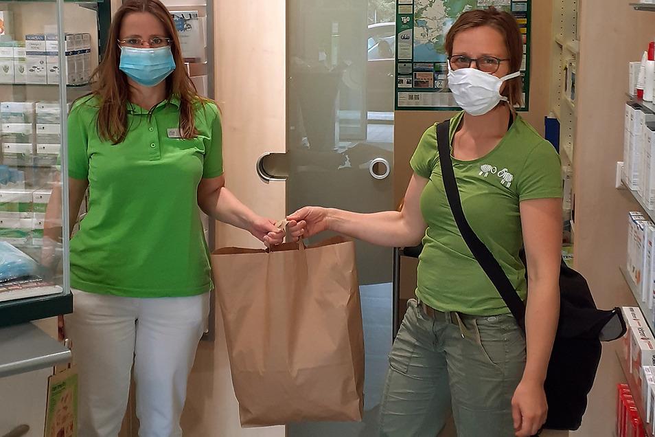 """Anke Franke von der Linden Apotheke Niesky (links) übergibt Susann Müller von der Naturschutzstation """"Östliche Oberlausitz"""" die Spende aus Desinfektionsmittel und Nase-Mundschutzmaterial."""