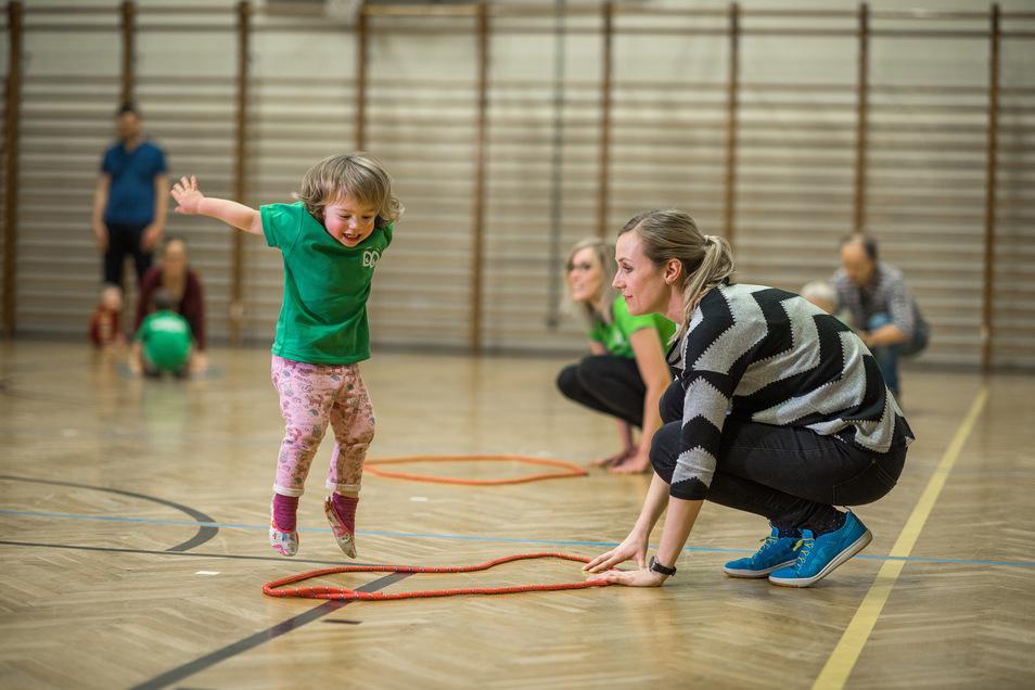 Jeden Dienstag gehen Magdalena und ihre Mama Dörthe Uhlmann in Dresden zum Kindersport. Die Mutti macht mit.